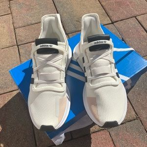 New Unisex Adidas Sneaker. Fits W Size 9 or M 8